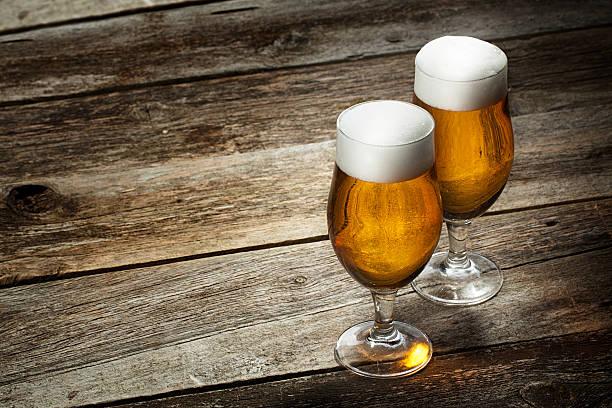 Zwei Glas Bier auf Holz Hintergrund – Foto