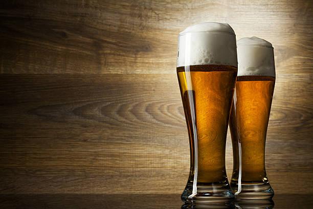 Zwei Glas Bier auf Holz Hintergrund mit copyspace – Foto
