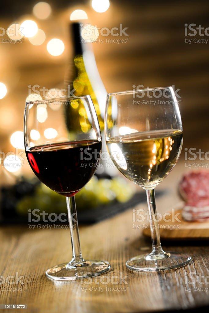 photo libre de droit de deux verres de vin rouge et vin blanc francais fromage et charcuterie dans le tableau en bois restaurant romantique atmosphere lumineuse et confortable dim banque d images et
