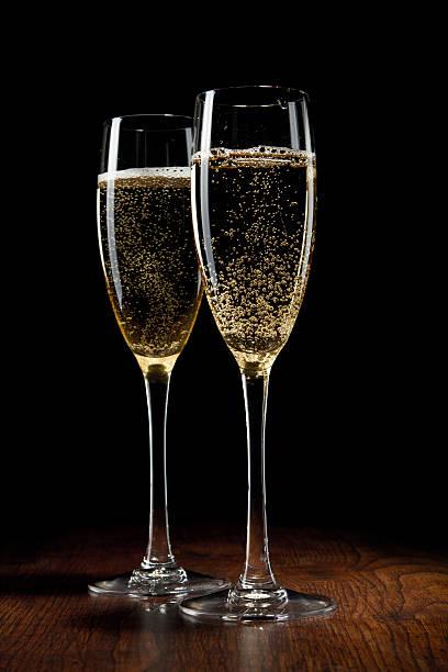 Zwei Glas Champagner auf einem Holztisch – Foto