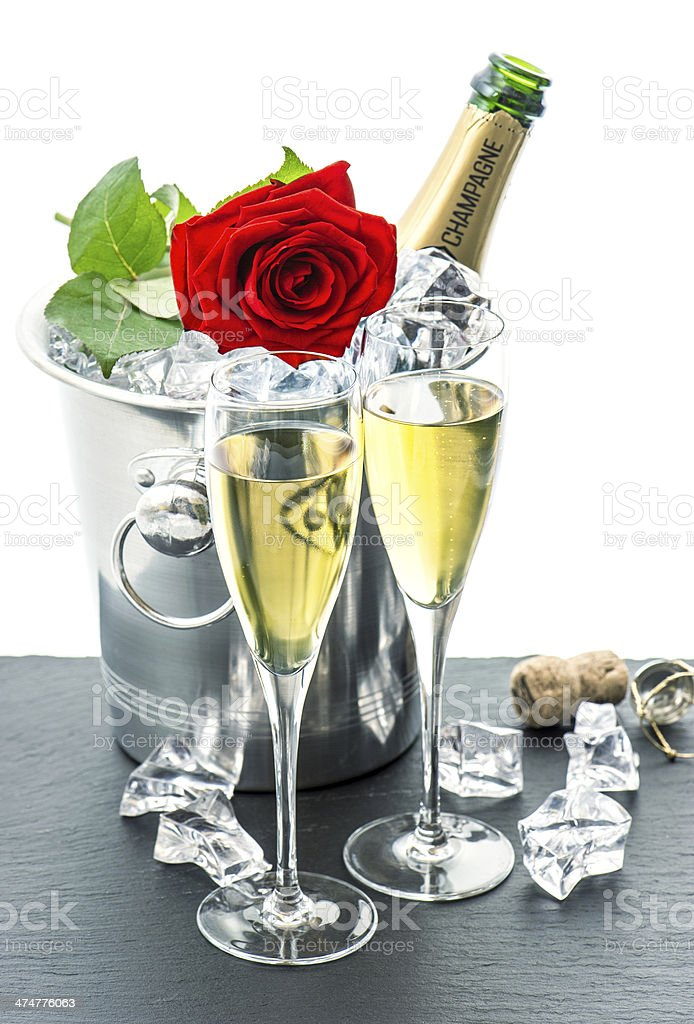 deux verres bouteille de champagne et des roses rouges fleur photos et plus d 39 images de alcool. Black Bedroom Furniture Sets. Home Design Ideas