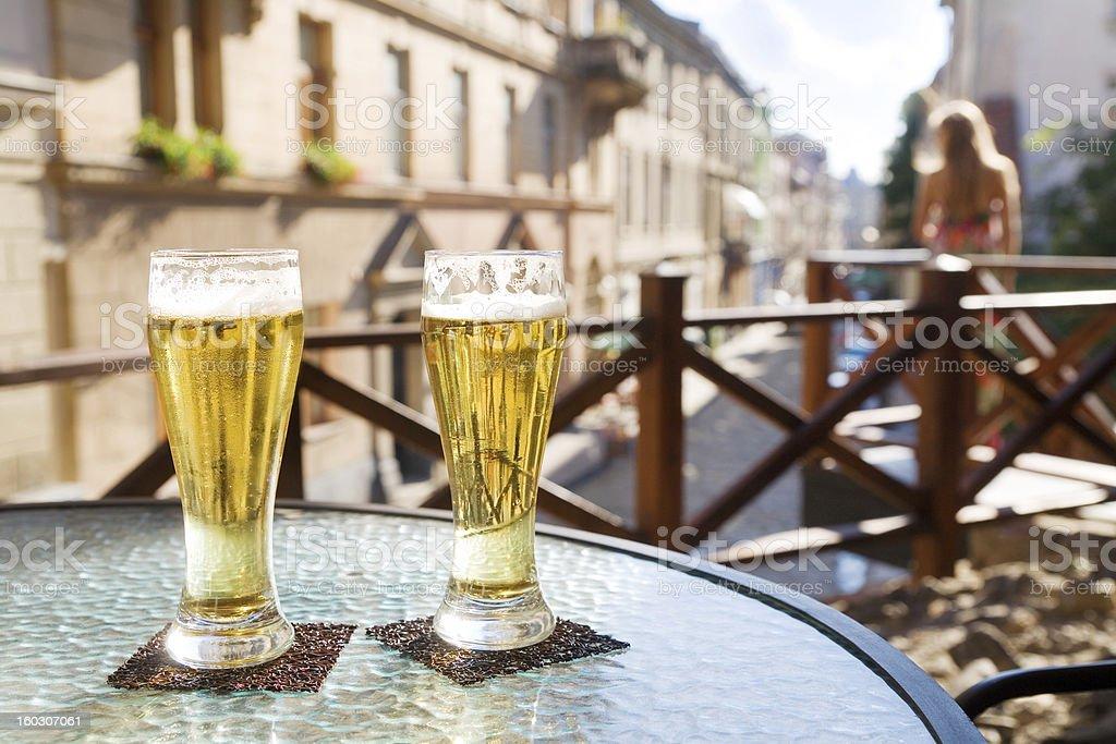 Due bicchieri di birra al bar terrazza - foto stock