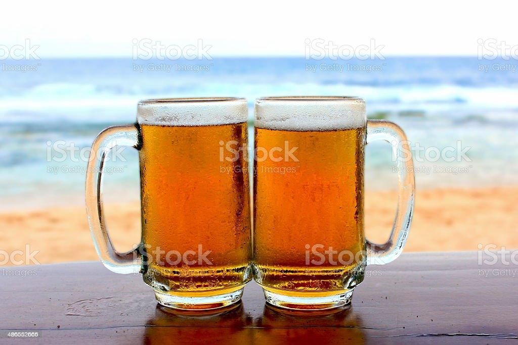 Zwei Glas Bier auf den Strand – Foto