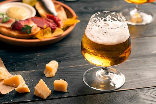 Foto de Dois Copos De Cerveja e mais fotos de stock de Alcoolismo