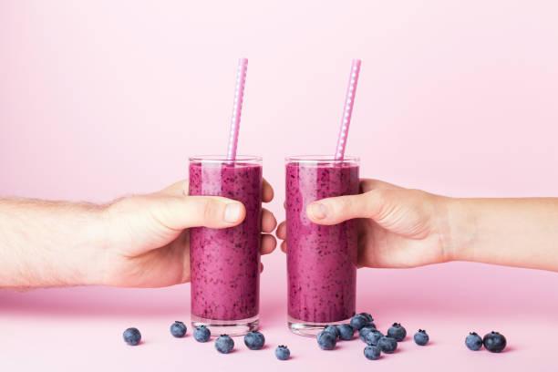 zwei gläser heidelbeeren smoothie. - diät shakes stock-fotos und bilder