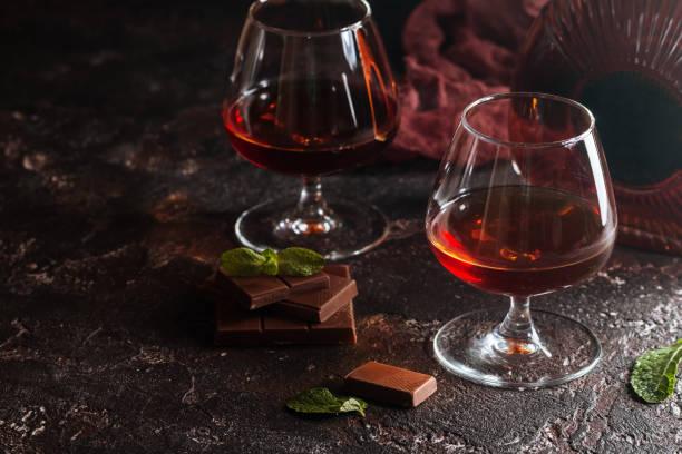 zwei gläser weinbrand oder cognac - schokolikör stock-fotos und bilder