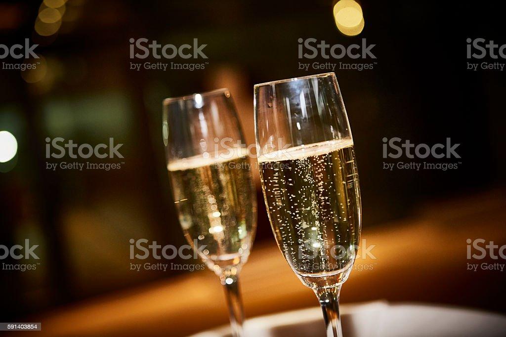 Dos copas de champagne para una celebración, - foto de stock