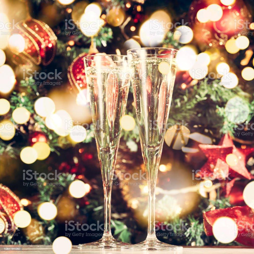 Sapin De Noel Decoration Traditionnelle photo libre de droit de deux verres de champagne avec fond