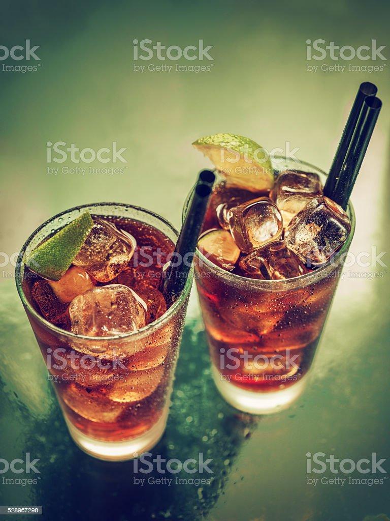 Duas taças de rum cola gelada - foto de acervo