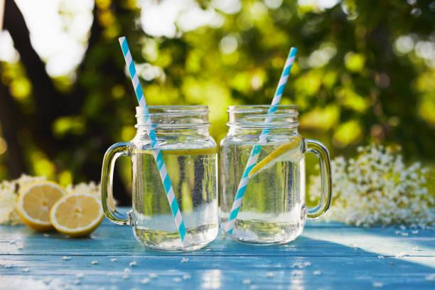 Dos vasos de limonada de flor de saúco de jarabe casero - foto de stock