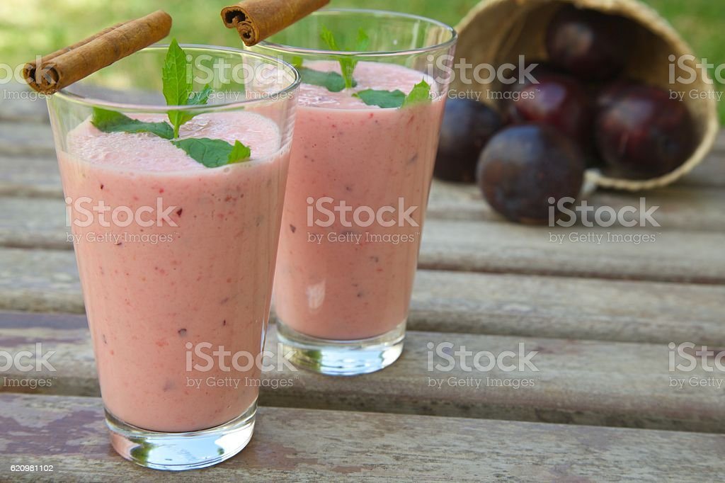 Two glasses of homemade plum smoothie with cinnamon foto royalty-free