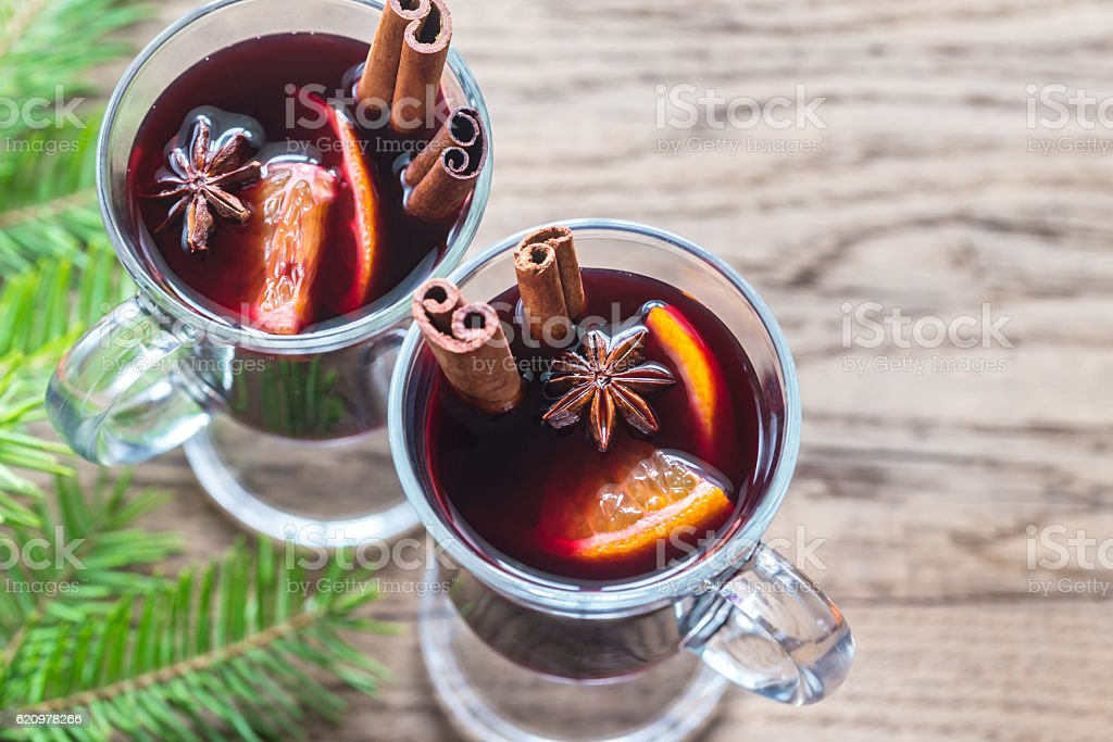 Two glasses of mulled wine with fir branch foto royalty-free