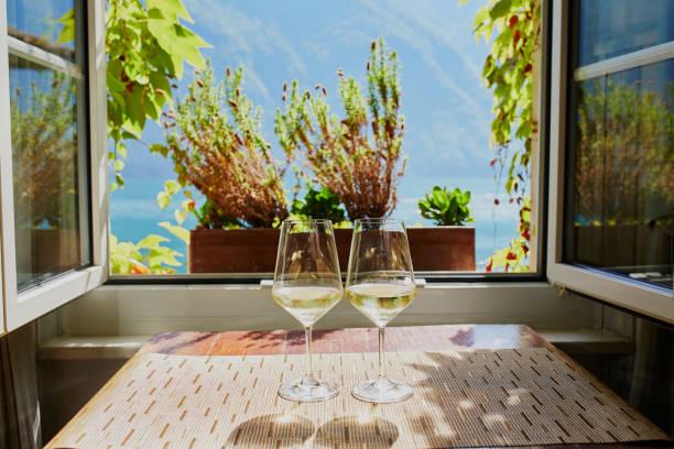 Zwei Gläser Weißwein am Fenster – Foto