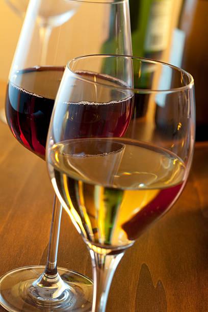 Duas taças de vinho - foto de acervo