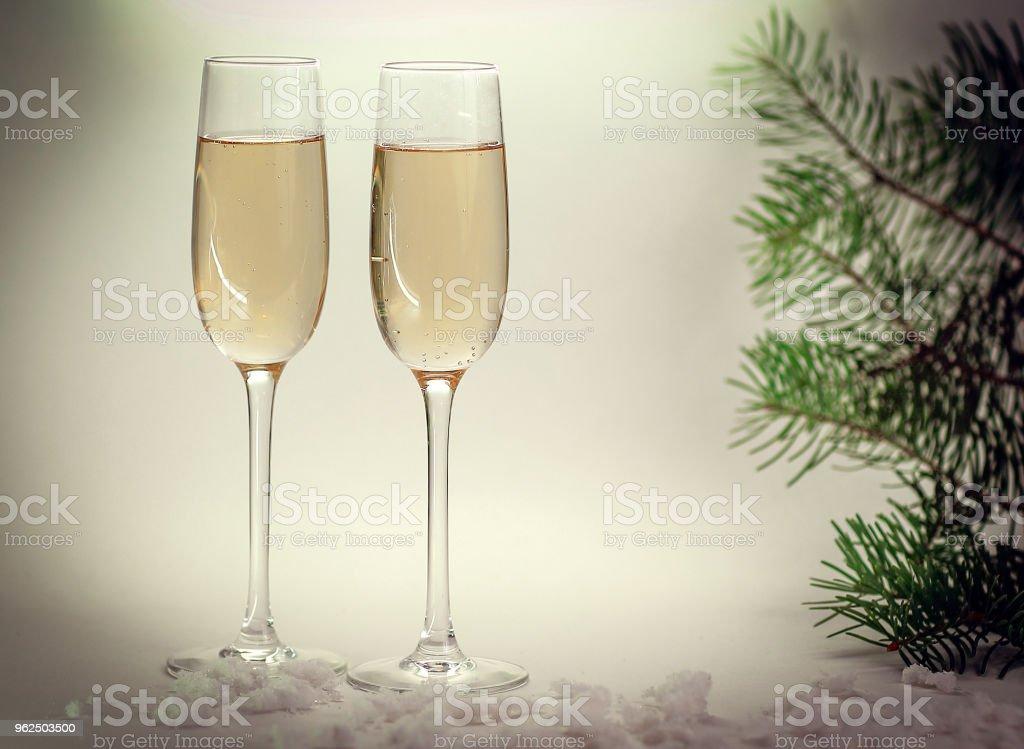 duas taças com champanhe no fundo de Natal - Foto de stock de Abstrato royalty-free