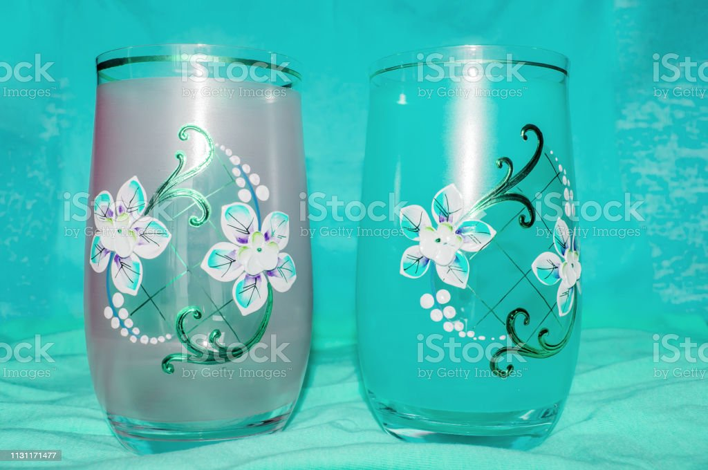 Dos Vasos Con Adorno Cristal Decorado Con Flor Fondo Cian