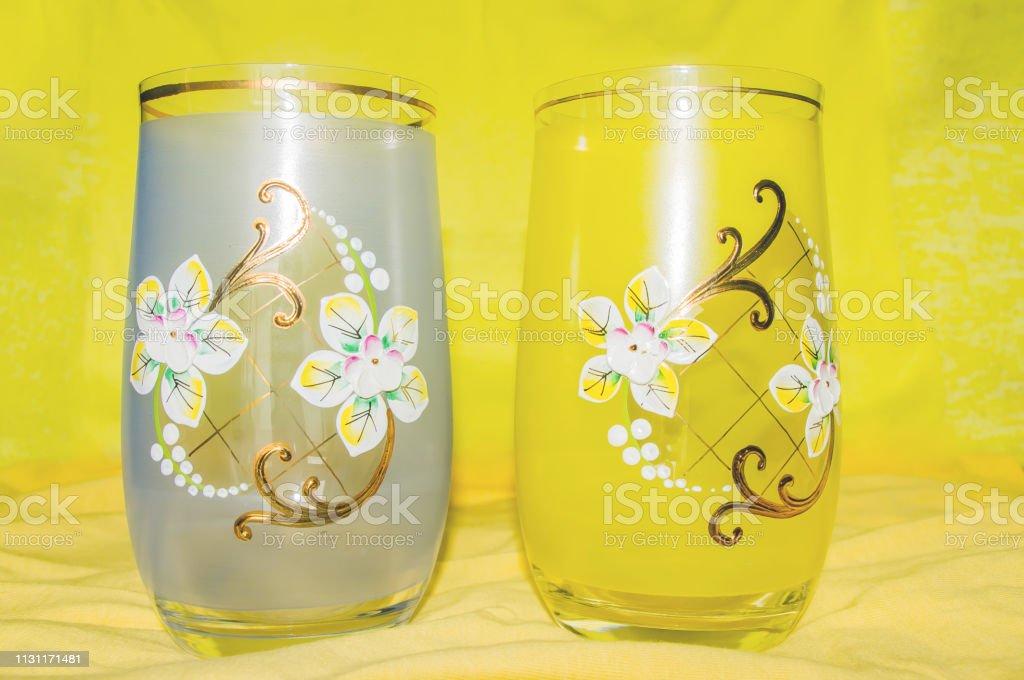 Dos Vasos Con Adorno Cristal Decorado Fondo Amarillo Foto De
