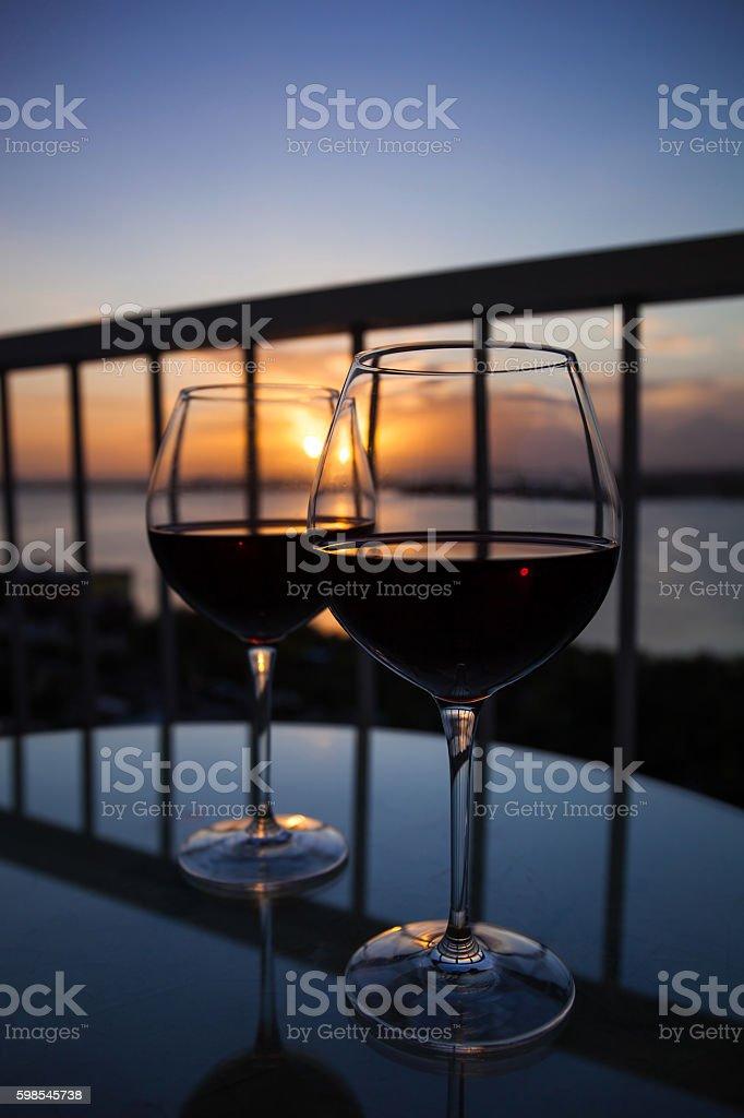 Deux verres de vin rouge au coucher du soleil  photo libre de droits