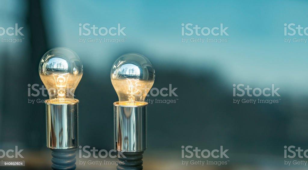 Zwei leuchtende Lampen in einem Schaufenster - mit Textfreiraum – Foto
