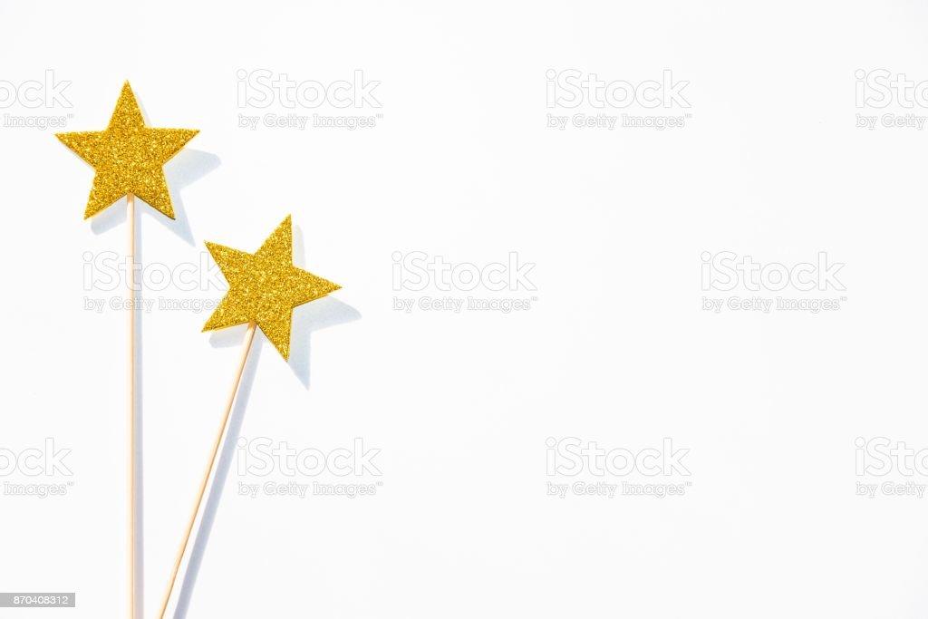 Deux baguettes magiques parti doré sur fond blanc. Copiez l'espace. - Photo