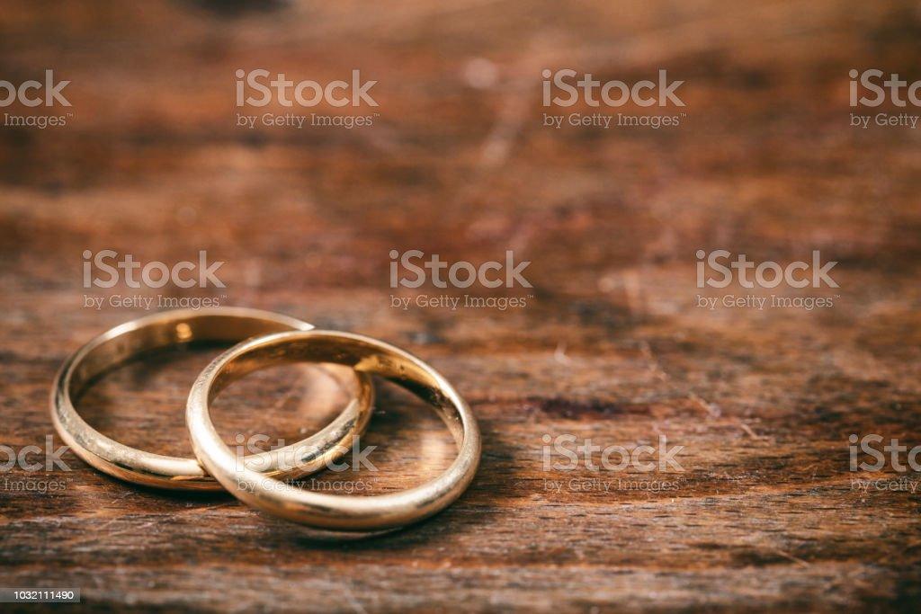 Zwei goldene Hochzeit Ringe auf hölzernen Hintergrund, Textfreiraum – Foto