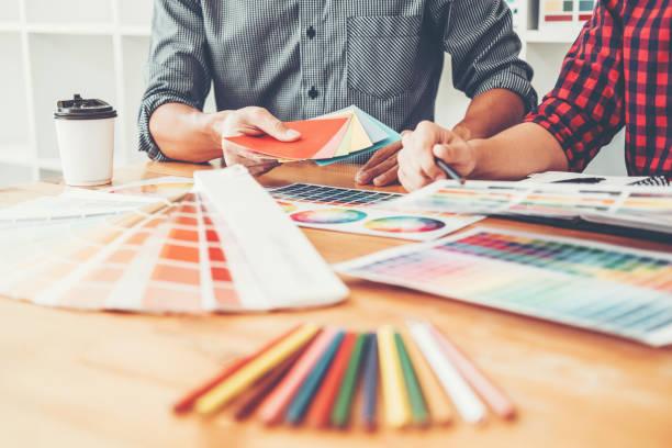 deux graphe designer brainstorming meeting et dessin sur tablette graphique au lieu de travail - graphisme photos et images de collection