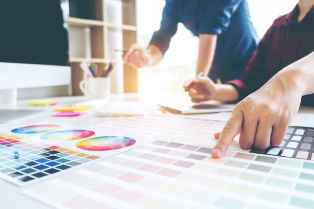 deux graphic design dessin sur guide du graphique tablette et la couleur de la palette sur lieu de travail - graphisme photos et images de collection