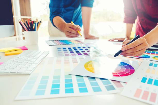 deux graphiste dessin sur tablette graphique au lieu de travail - graphisme photos et images de collection