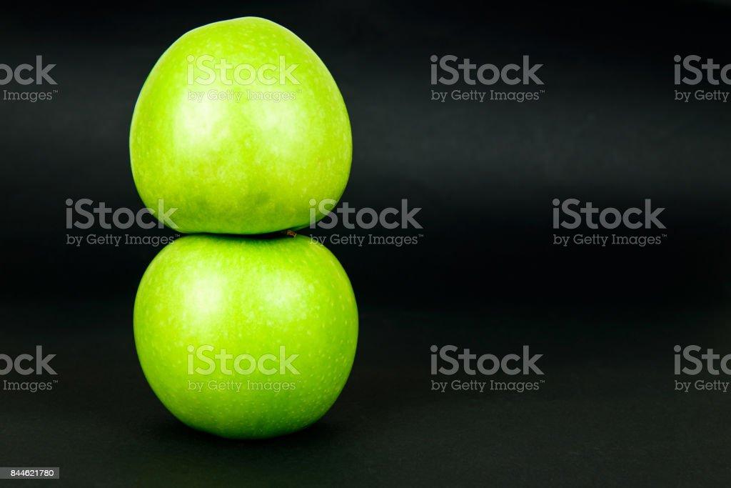 Zwei grüne Apfel auf dunklem Hintergrund – Foto