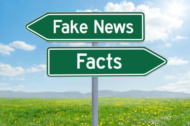 zwei grüne wegweiser - fake news oder fakten - wahre lügen stock-fotos und bilder