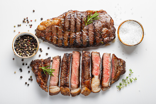 Twee Gegrilde Gemarmerd Rundvlees Biefstuk Lendenstuk Met Kruiden Geïsoleerd Op Een Witte Achtergrond Bovenaanzicht Stockfoto en meer beelden van Avondmaaltijd