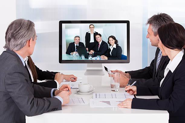gruppe von geschäftsleuten in videokonferenz - nachrichten video stock-fotos und bilder