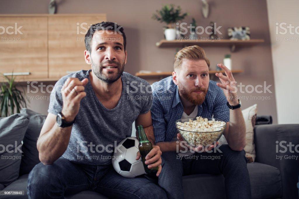 Dos chicos viendo partido de fútbol - foto de stock