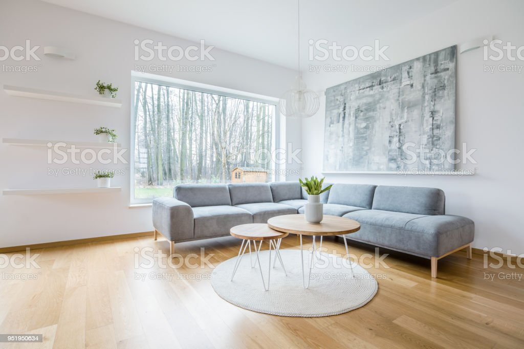 Zwei Haarnadeltische Auf Runder Teppich In Weißen Wohnzimmer ...