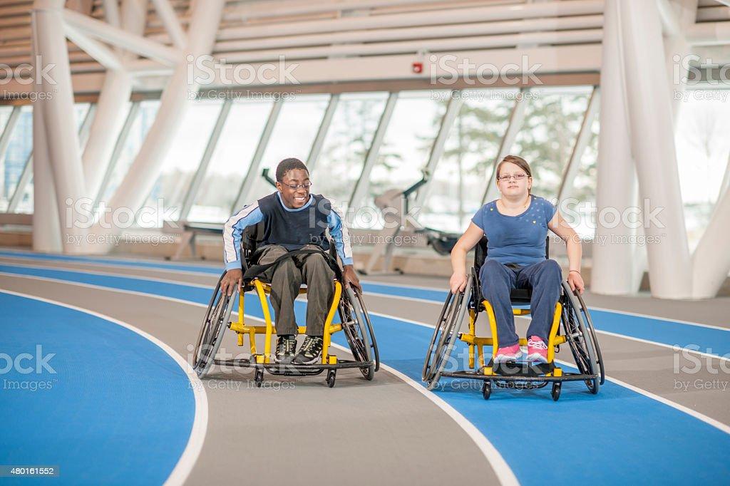 Dos amigos en el gimnasio para personas con discapacidades - foto de stock