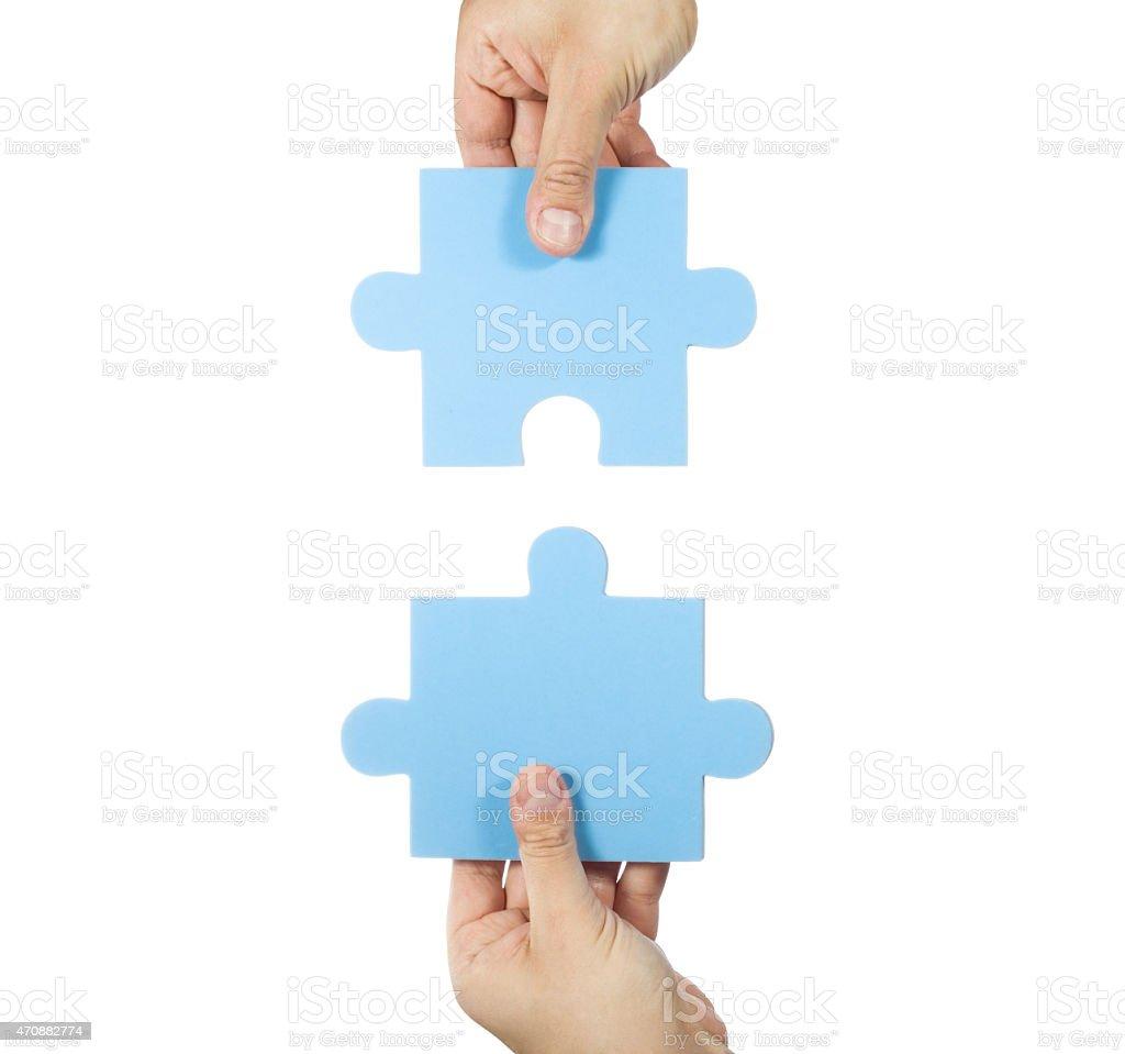Zwei Hände, die Puzzleteile mit Verbindungstür – Foto
