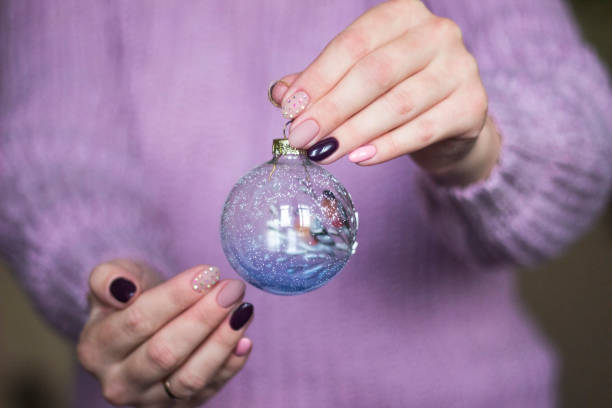 zwei hände sanft nackte maniküre rosa mit strass neujahr, weihnachten - nageldesign weihnachten stock-fotos und bilder