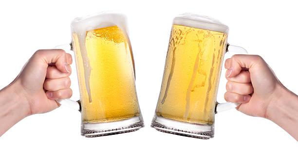 Dos manos sosteniendo cervezas haciendo un brindis - foto de stock