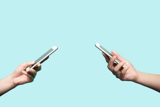 duas mãos com telemóveis - dois objetos - fotografias e filmes do acervo