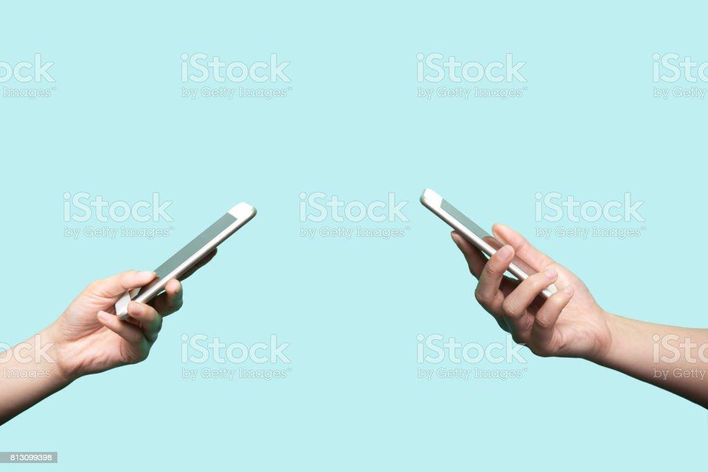 Dos manos sosteniendo los teléfonos móviles - foto de stock