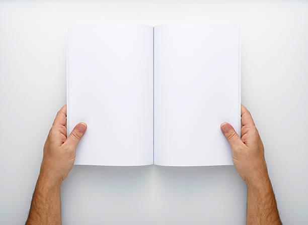 zwei hände halten öffnen sie eine leere magazin - zeitschrift aufgeschlagen stock-fotos und bilder