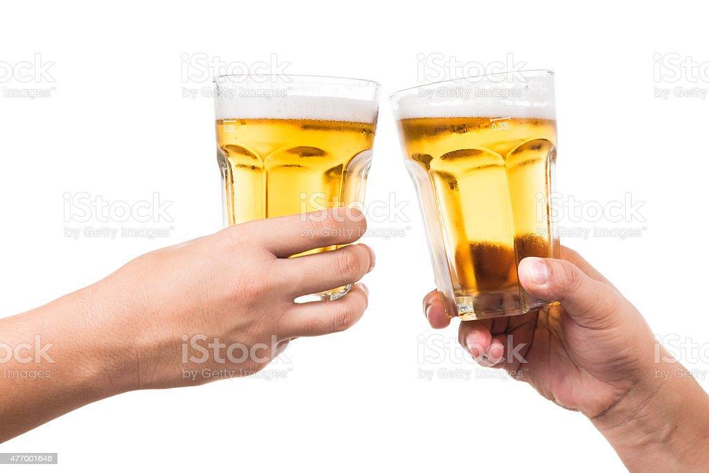 Dos manos brindis refrescante cerveza fría - foto de stock