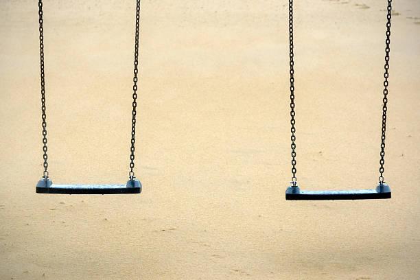 Columpio para colgar dos plazas en park - foto de stock