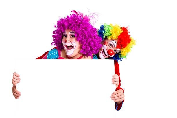 zwei glücklich clowns holding leer banner mit textfreiraum - faschingssprüche stock-fotos und bilder