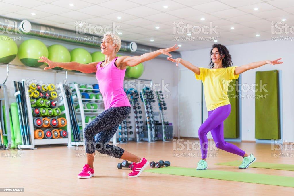 Zwei Gluckliche Weiblichen Fitnessmodelle Tanzen Zumba