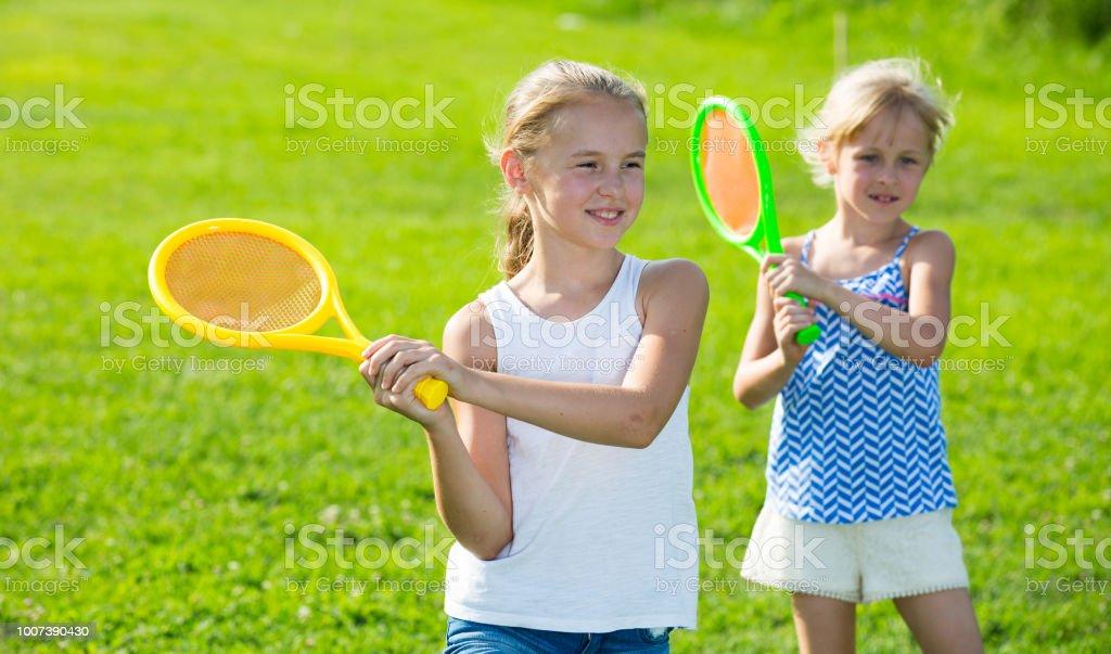 Duas meninas felizes jogando jogos ativos - foto de acervo