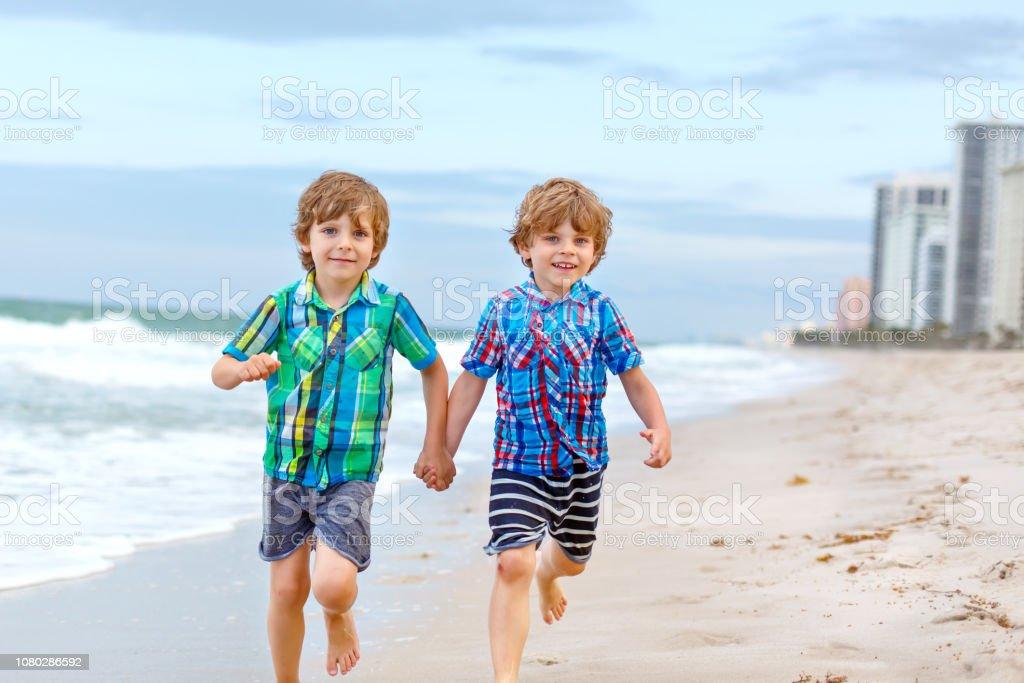 Jungs am strand kleine Nackte Jungs