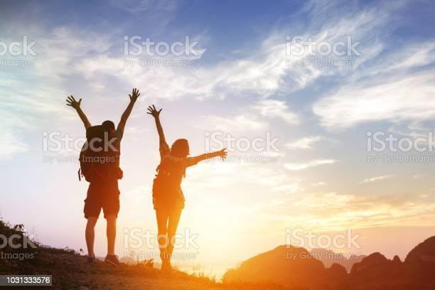 Zwei Glückliche Touristen Grüße Sonnenaufgang In Bergen Stockfoto und mehr Bilder von Abenteuer