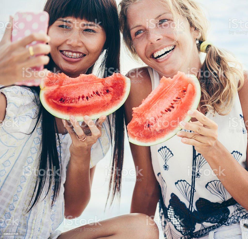 Zwei glückliche Frauen genießen Sie einen Tag am Strand Lizenzfreies stock-foto
