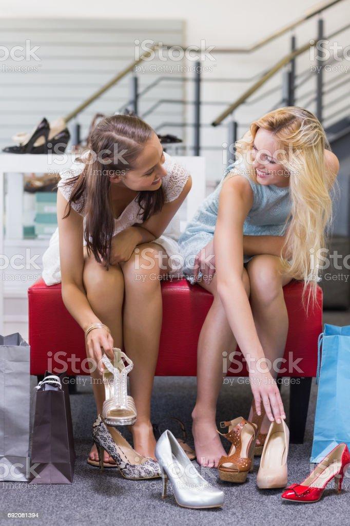 Dos Mujeres Felices Probandose Zapatos Foto de stock y más